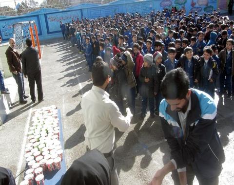 پذیرایی نذری از دانش آموزان به مناسبت چهلمین روز شهادت سردار دل ها